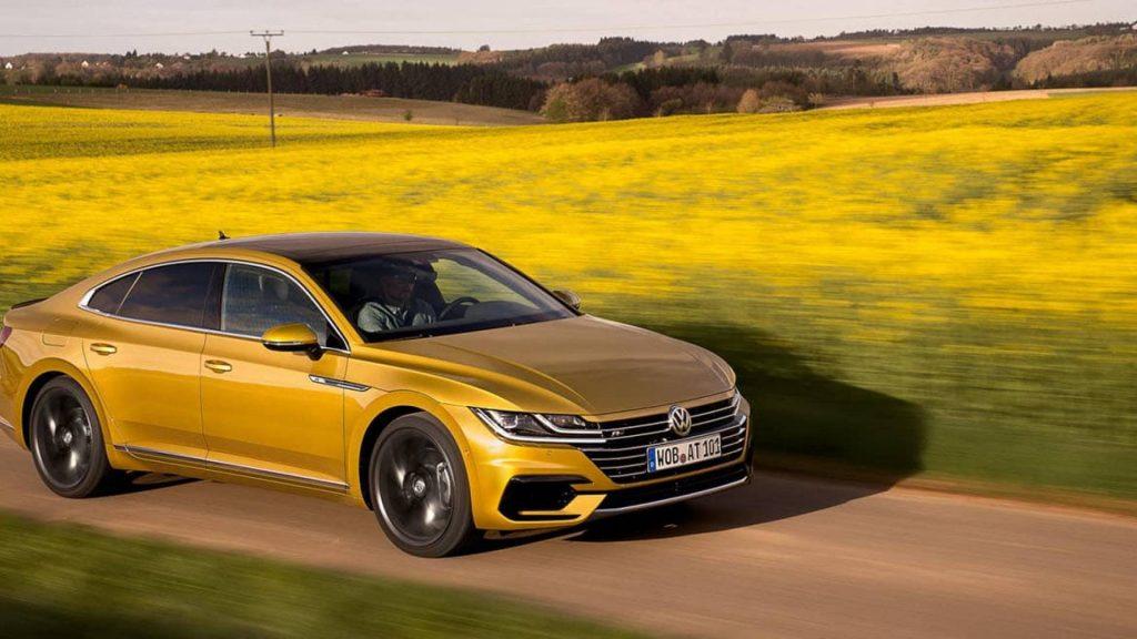 Volkswagen Arteon 2020 amarillo cruzando el campo