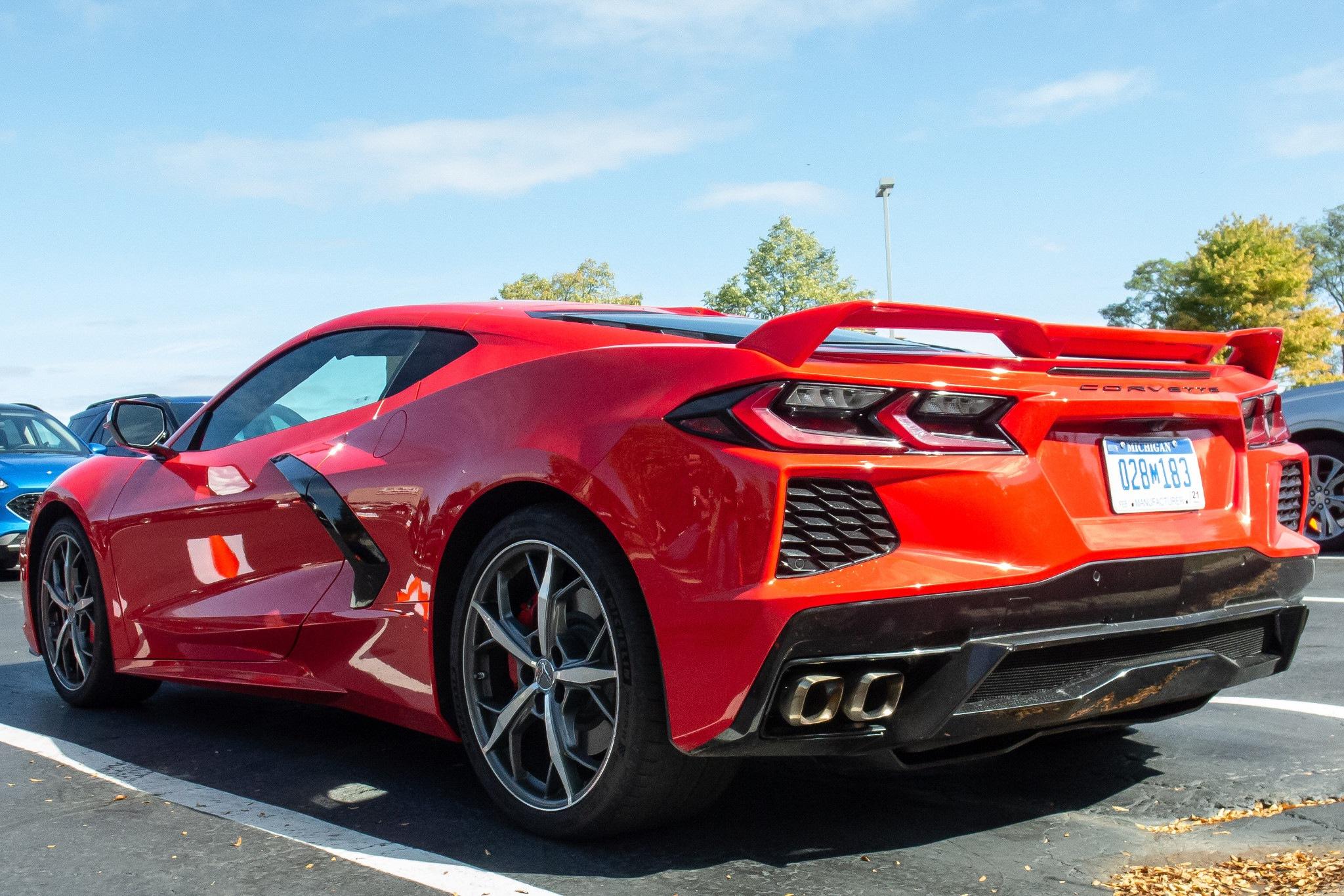 Chevrolet Corvette 2020 rojo estacionado