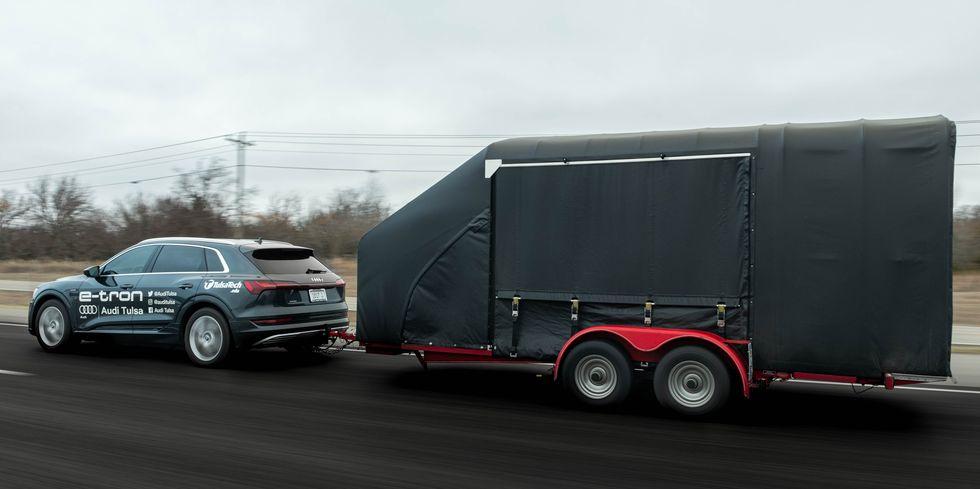 Audi e-tron remolcando un camper