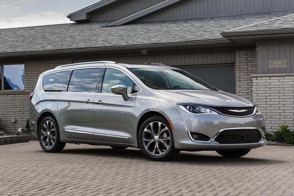 Chrysler Pacifica 2020 fuera de una casa