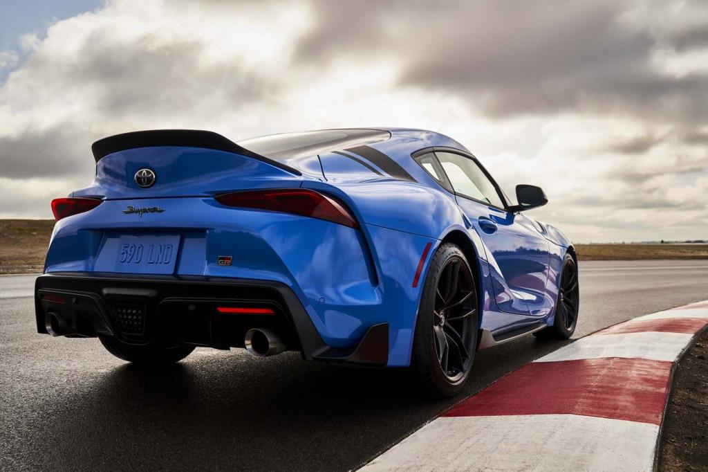 Toyota Supra 2021 azul en la pista de carreras