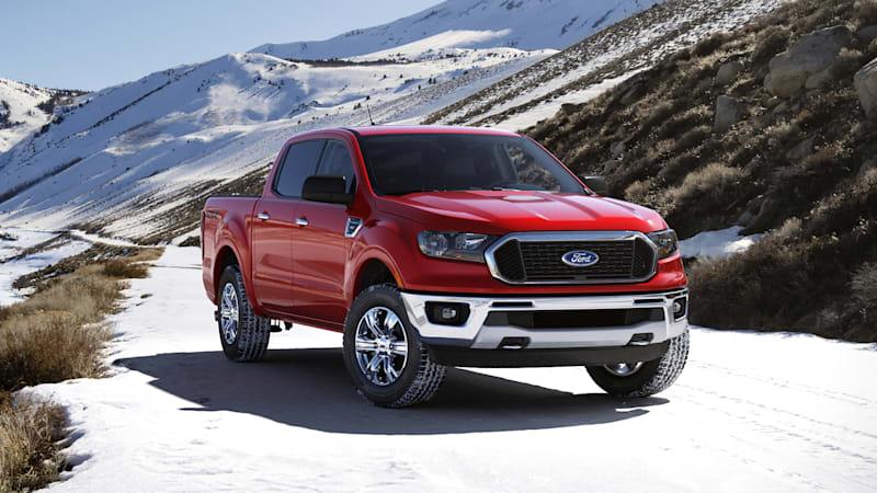 Ford Ranger 2021 roja en la montaña nevada